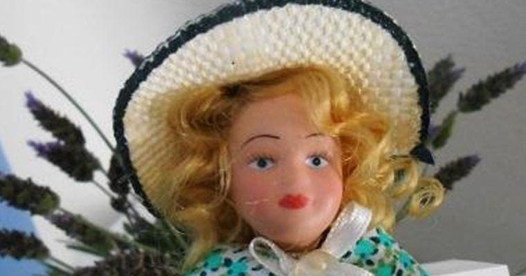 Marcador de página feito com boneca de porcelana